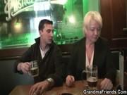 Пикап в баре опытной мамки с большими сиськами