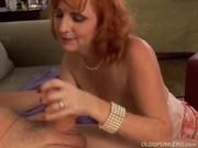 Зажигательный секс пикап зрелых на диване